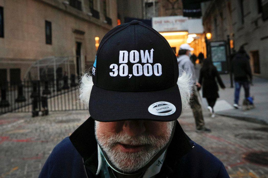 道瓊工業指數在周二首度突破30,000點大關,反映投資人全面樂觀的心情。路透