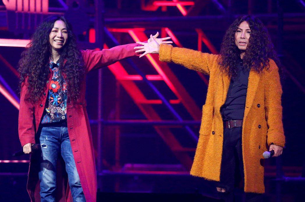 萬芳(左)跟郭子對唱「玫瑰少年」。記者余承翰/攝影