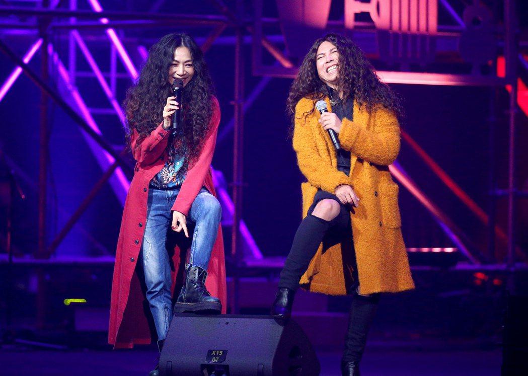 萬芳(左)跟郭蘅祈(郭子)對唱「玫瑰少年」。記者余承翰/攝影