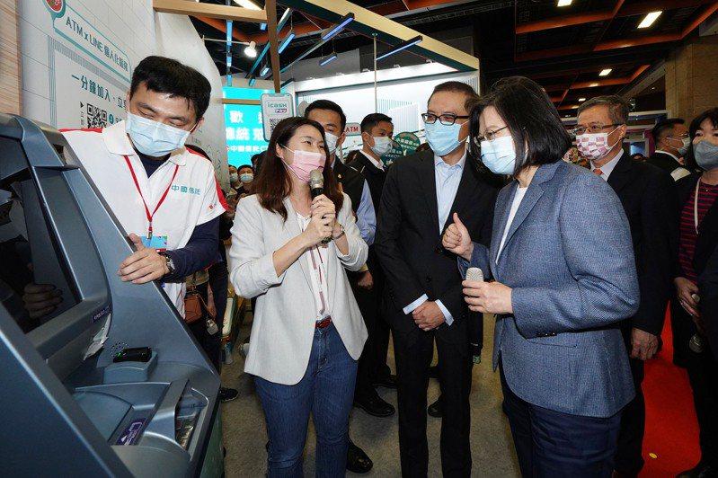 總統蔡英文今參觀台北金融博覽會,中信金總經理吳一揆(右二)陪同解說新一代ATM功能。圖/中信金提供