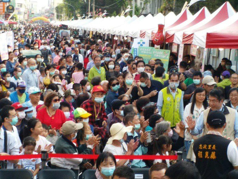 大新營嘉年華會今天下午登場,購物人潮擠爆。圖/新營區公所提供
