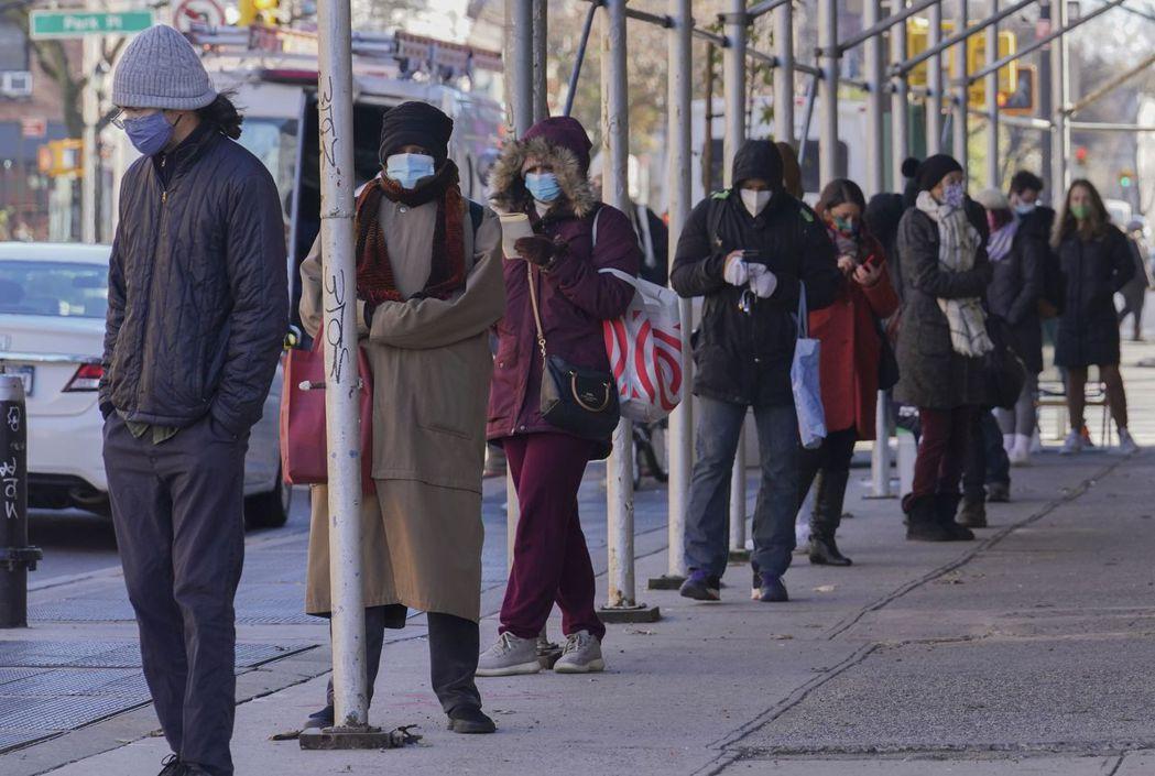 許多美國人在「黑色星期五」當天出門排隊,有別於往年排隊入場搶購特惠商品,今年是排...