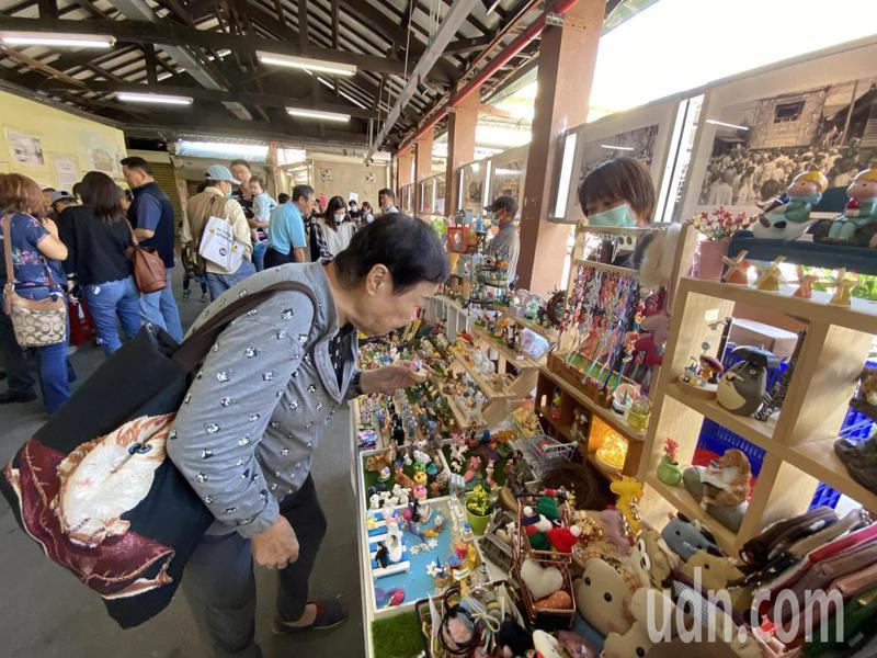 「台中陸陸青商市集」第1站今天在百年歷史的台中市第二市場開跑。記者趙容萱/攝影