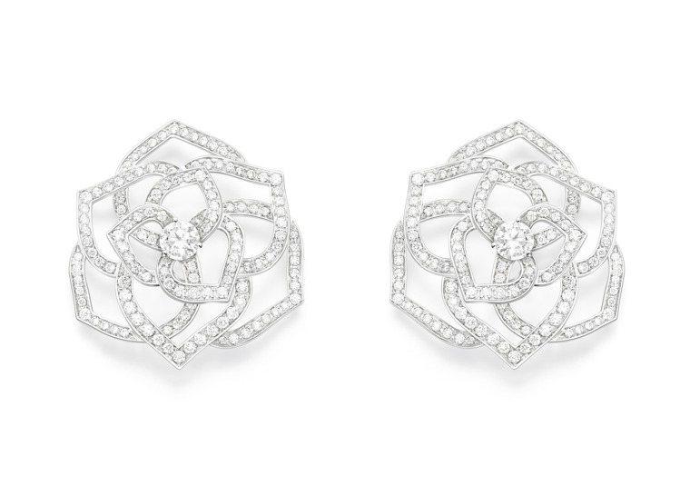 PIAGET Rose系列18K白金鏤空玫瑰鑽石耳環,59萬5,000元。圖 /...