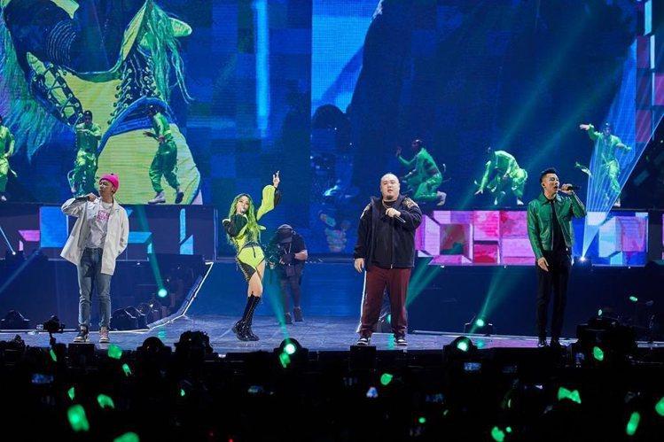 蔡依林和瘦子在「Ugly Beauty 2020世界巡迴演唱會高雄站」同穿Ber...