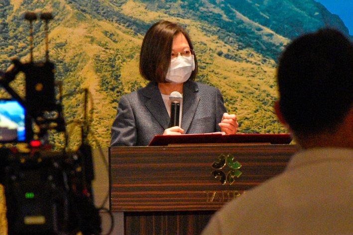 總統蔡英文出席台北市宜蘭同鄉會,致詞時談經濟與防疫。 記者鍾維軒/攝影