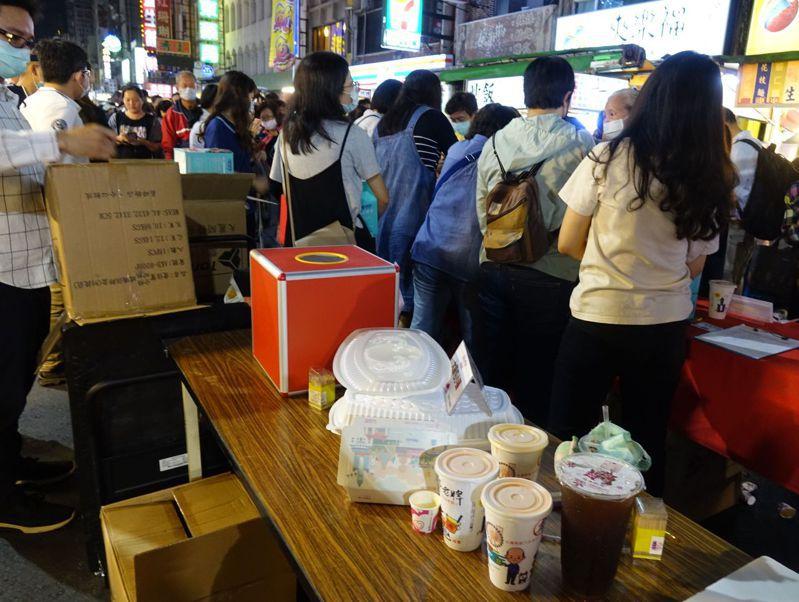 高雄市經發局宣傳今晚攜手六合夜市「辦桌吃免費」,結果是限量50份夜市人氣小吃。記者楊濡嘉/攝影