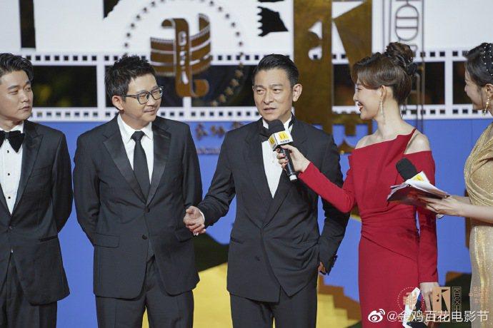 劉德華(中)隨著新片「人潮洶湧」劇組一起走金雞獎紅毯,他同時也是本屆金雞獎評審之...