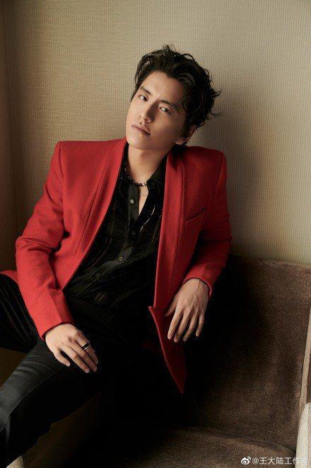 王大陸與歐陽娜娜一樣,是少數出席金雞獎的台灣明星,他以一身紅色西裝亮相。圖/摘自...