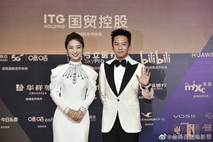 鄧超(右)、藍羽(左)擔任本屆金雞獎頒獎典禮主持人。圖/摘自金雞獎微博