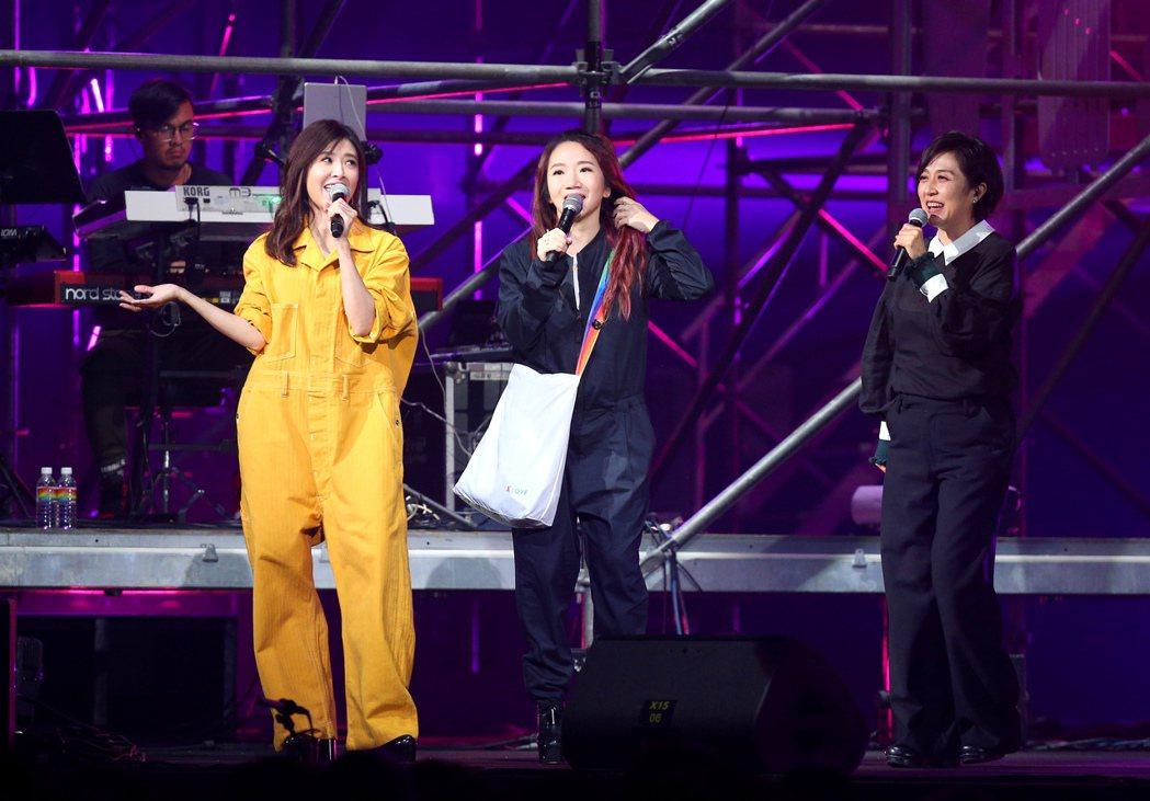 蘇慧倫(左起)攜手陶晶瑩、黃韻玲合唱「姊姊妹妹站起來」。記者余承翰/攝影