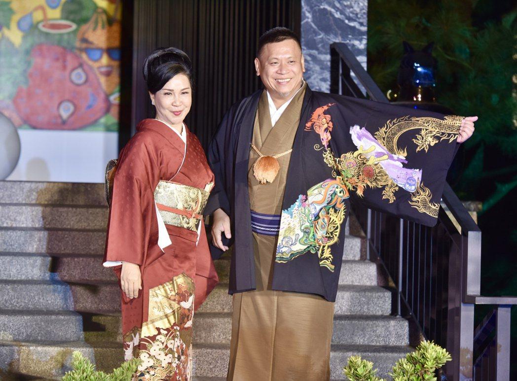 西川流日本舞踊台灣支部長西川淑敏(左)與台灣藝術大師洪易(右)發表創意手繪和服。...