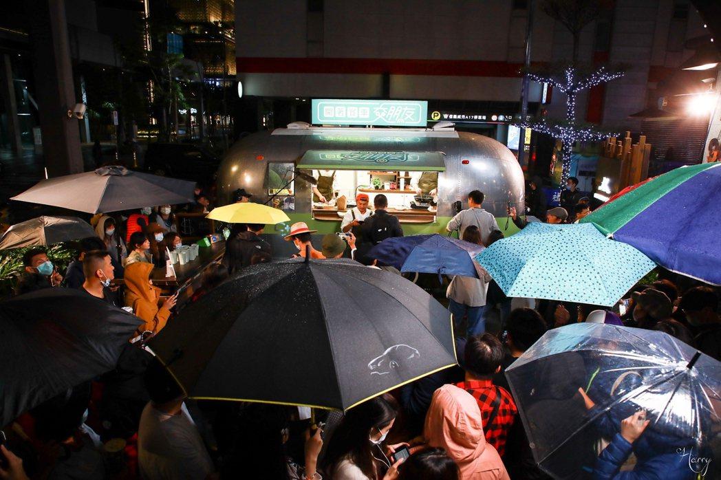 民眾冒雨排隊相挺。圖/讀者提供