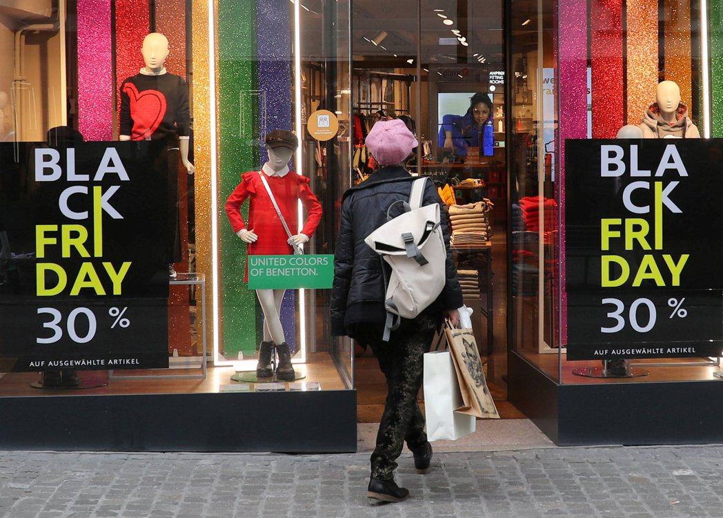歐美各大商家在黑五紛紛推出超低折扣。路透