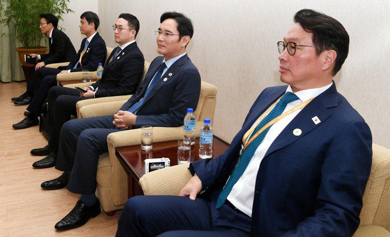 南韓財閥第三、四代陸續接班,SK集團會長崔泰源(右起)、三星電子副會長李在鎔、LG集團會長具光謨,2018年在同一個場合現身。 (美聯社)