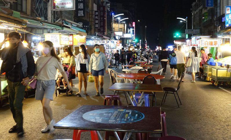 高雄市六合夜市的桌子換「新裝」,顧客可以放心在此安心品嘗小吃美食。本報資料照片