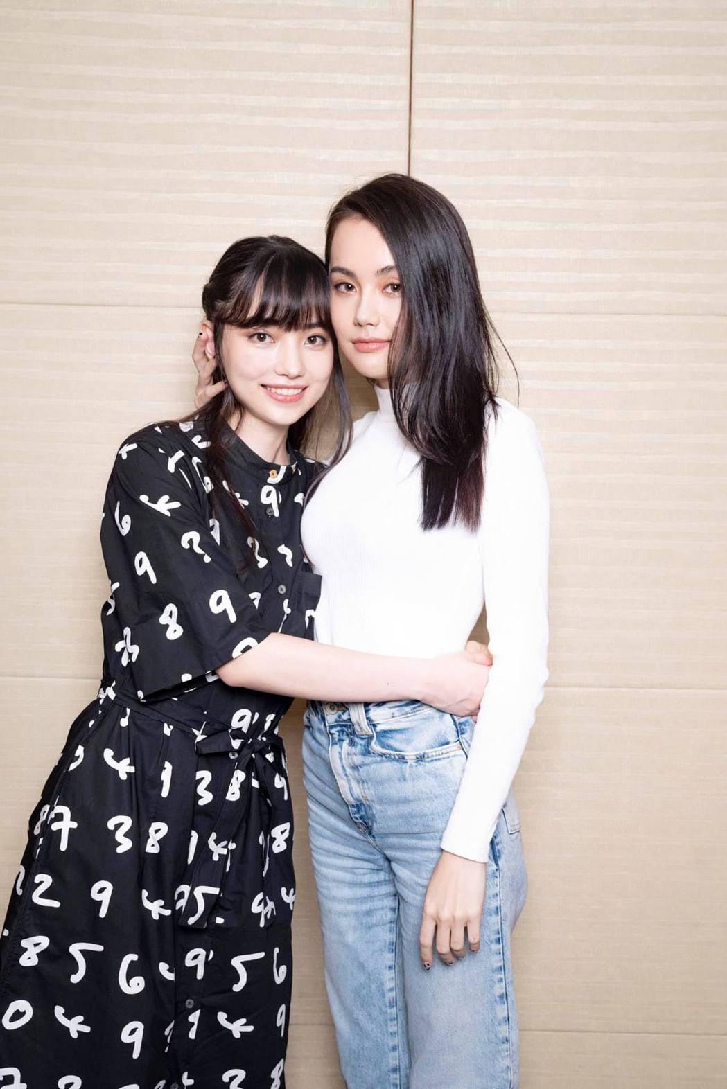 黑嘉嘉與姊姊的合照。 圖/擷自黑嘉嘉臉書