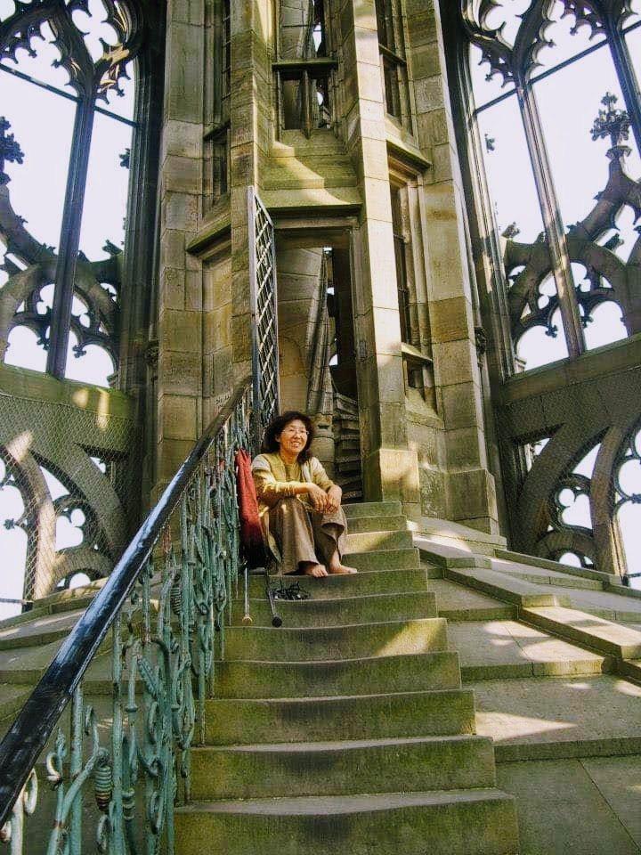 遲慧芳很有行動力,拄著拐杖來到德國烏姆大教堂,打著赤腳照樣一階一階爬上。 圖/取...