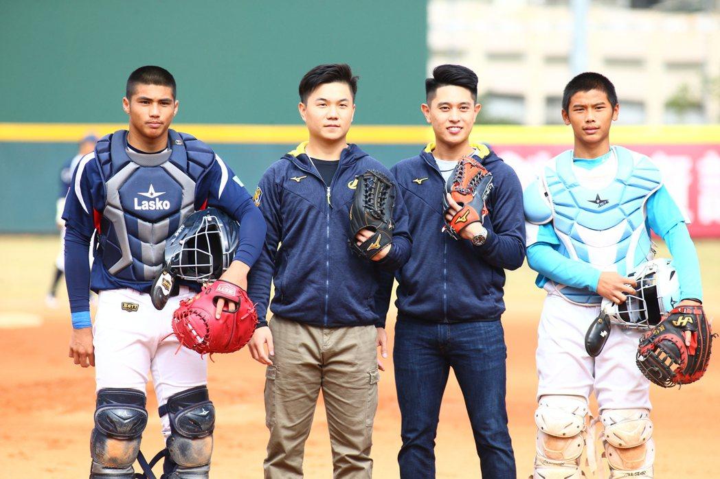 吳東融(右二)與江坤宇參與黑豹旗決賽開球。 記者葉信菉/攝影