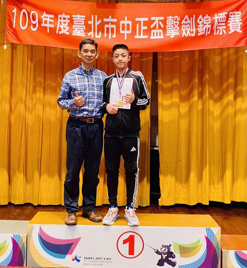 台北市擊劍協會王理事長(左)與石牌國中男銳冠軍選手。 讀者提供