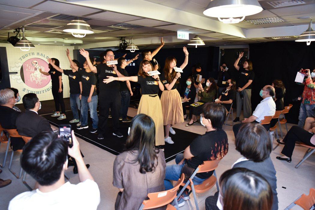 YS透過舞台動態演出,秀出青年人的無限創意與活潑。 黃啟銘/攝影。