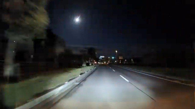 日本29日凌晨天空中再度出現「火流星」。 圖/截自twitter@nanaria___778影片