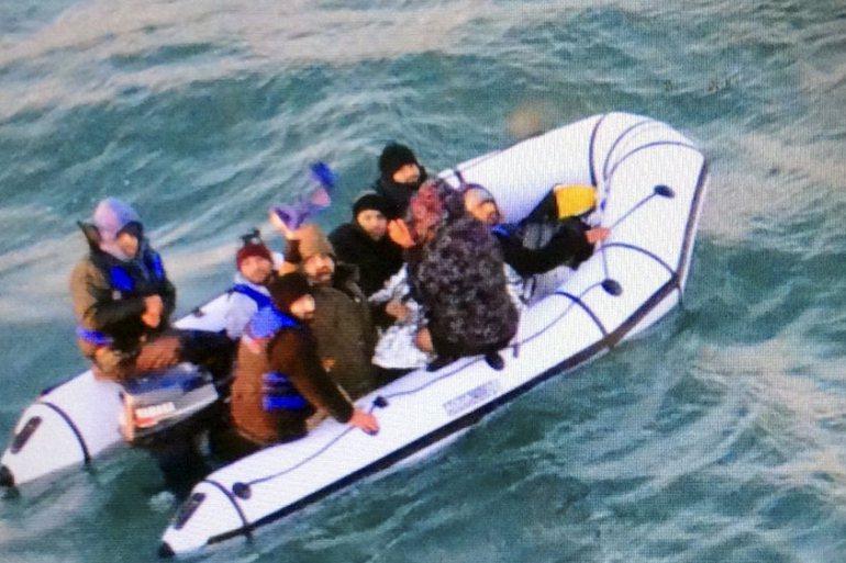為了阻止移民通過危險的水路從法國到英國,兩國協議加強巡邏。(Photo from AP)