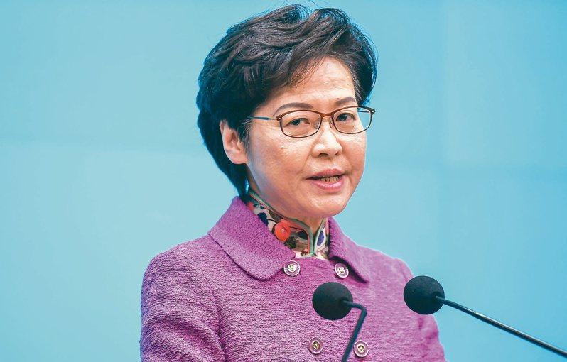 受美國制裁影響,香港特首林鄭月娥現在每月逾新台幣一五八萬元薪水只能領現金,且只能以現金購物。(香港中通社)