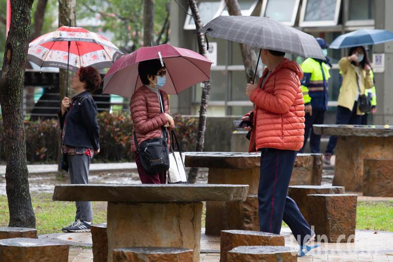 今明兩天東北季風影響,大台北及東半部有局部短暫雨。記者季相儒/攝影