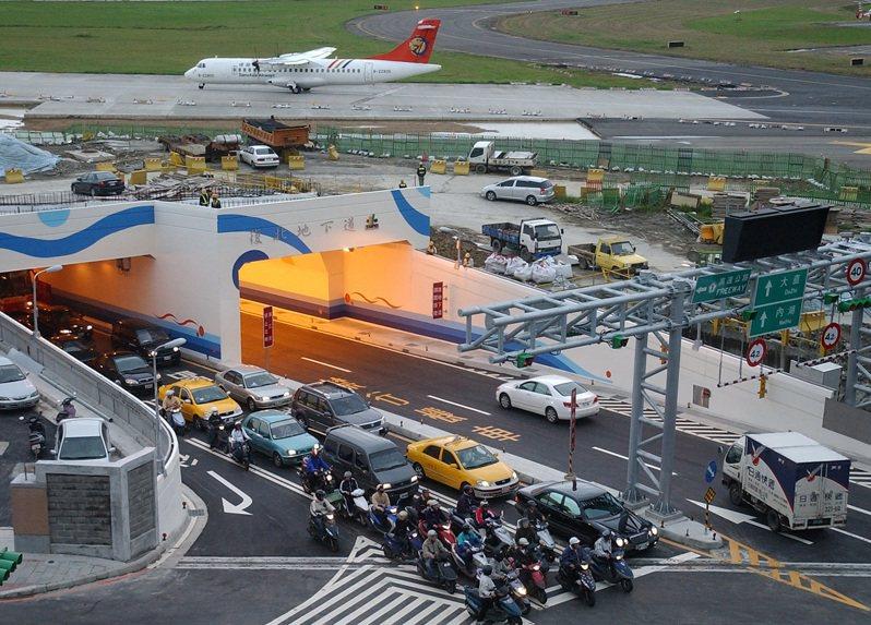 台北市復興北路穿越松山機場的車行地下道,2006年11月29日開放通車,難得一見汽、機車與飛機來回穿梭。圖/聯合報系資料照片