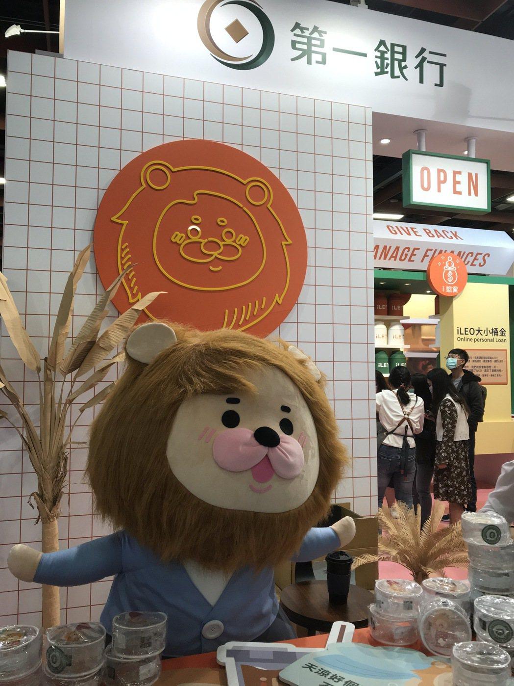 企業及祥物搭配小禮品往往吸引參觀民眾聚集(記者廖賢龍/攝影)