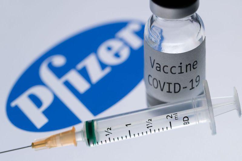 英國可望在本周初就核准輝瑞藥廠(Pfizer)與德國生技公司BioNTech合作研發的新冠病毒疫苗,成為全球第一個核准使用的國家。法新社