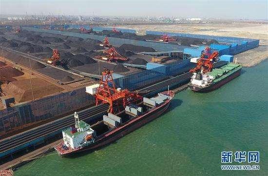 河北京唐港外有數十艘澳洲運煤船進不了港口卸煤。圖為京唐港的卸煤作業。新華網