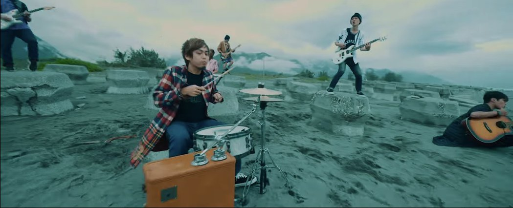 小鬼生前組的TAT樂團聚首「我不是空笑夢」MV。圖/摘自YouTube