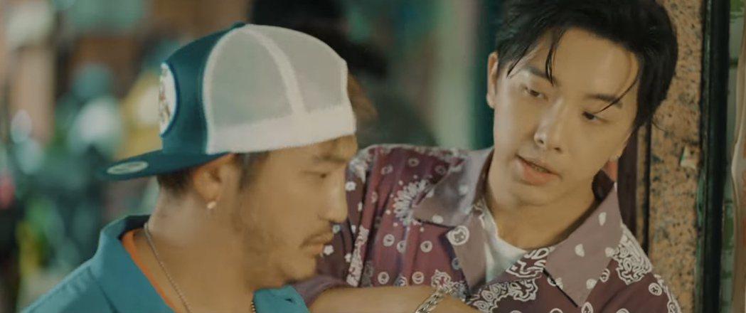 坤達(右)入鏡「我不是空笑夢」MV,成最大彩蛋。圖/摘自YouTube