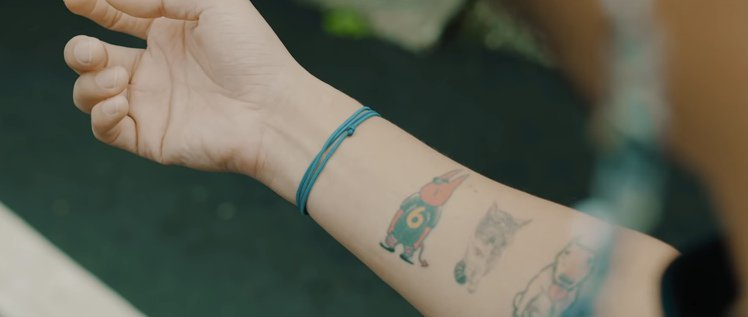 KID秀出手臂上代表小鬼的「666公仔」刺青。圖/摘自YouTube