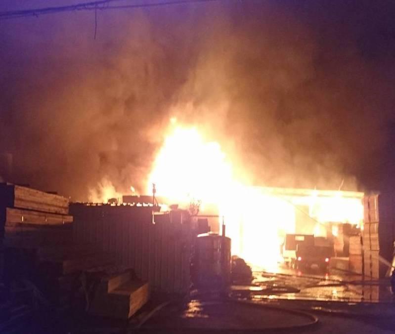 高雄市大寮區江山路一處木材工廠今天清晨4點多發生大火,濃煙密布產生明顯粒狀物汙染,依違反空汙法可裁處10萬至500萬罰鍰。記者徐如宜/翻攝