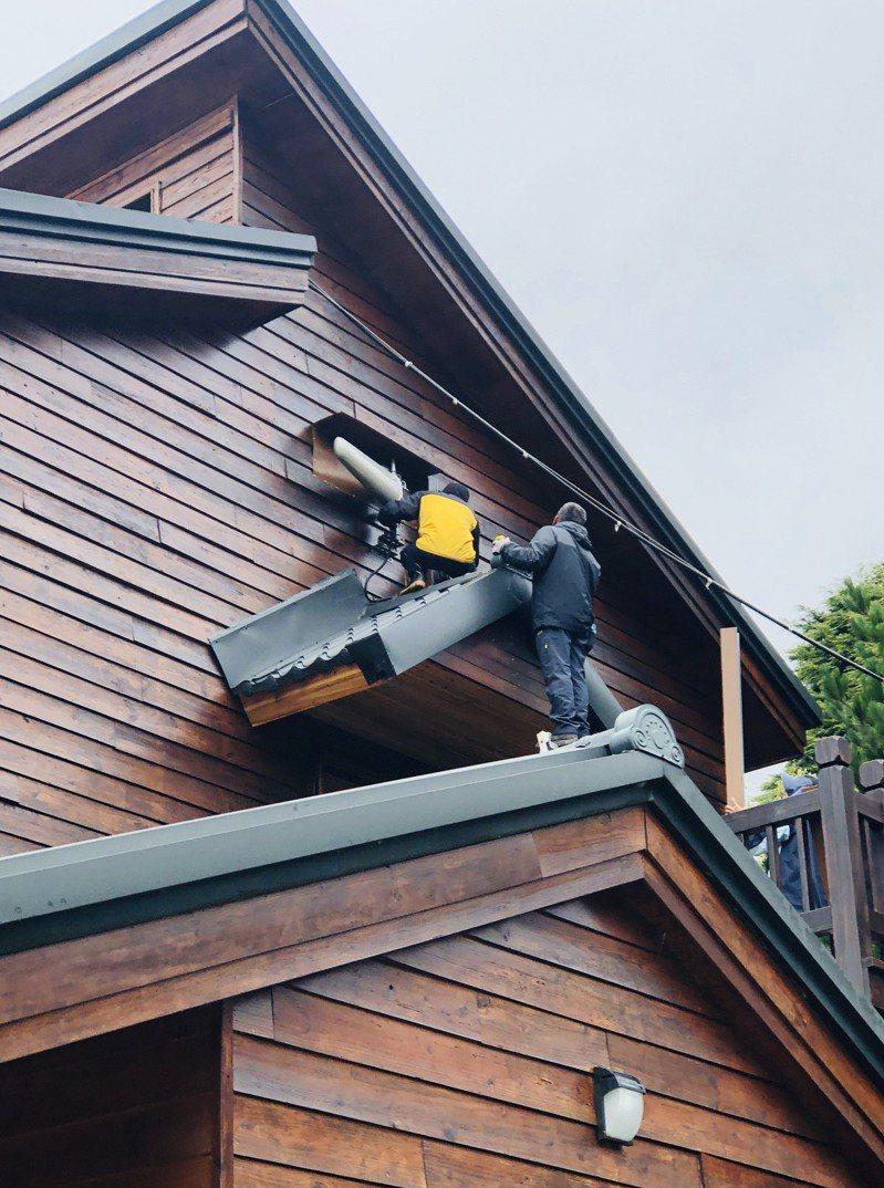 工程人員在天池山莊二樓安裝天線,年底前天池山莊就可以收到手機訊號。記者王茂臻╱攝影