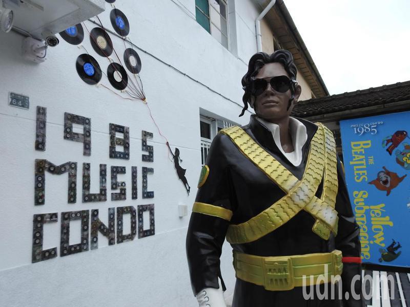 南投縣中興新村「1985音樂公寓」義賣CD及卡帶將捐助南投家扶中心。記者賴香珊/攝影