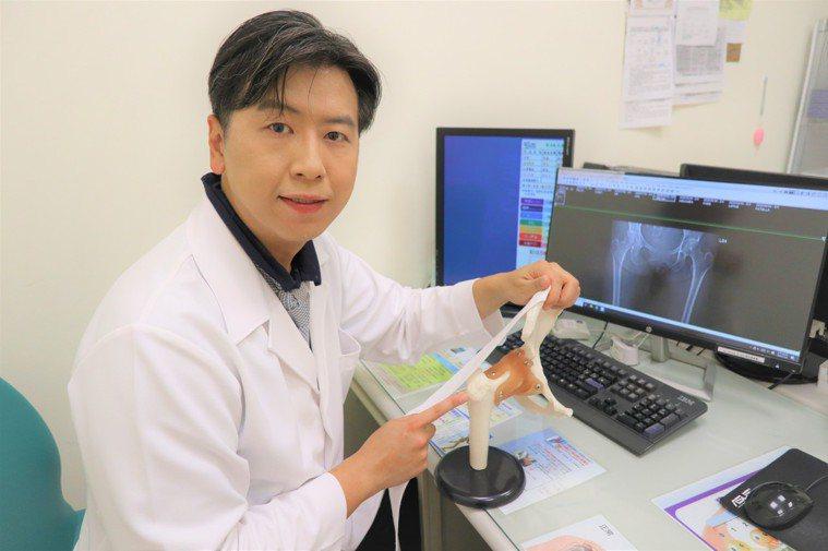 台大竹東分院骨科醫師黃鼎鈞表示,「彈響髖」是嚴重的髂脛束筋膜天生過緊或受傷後攣縮...