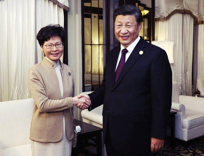 11月4日,大陸國家主席習近平(右)赴上海的中國國際進口博覽會,藉由這個場合與香港特首林鄭月娥(左)會面。 圖/路透