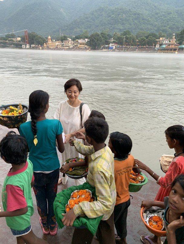 林青霞分享去年赴印度旅遊時,在恆河邊買花的情景。圖/摘自微博