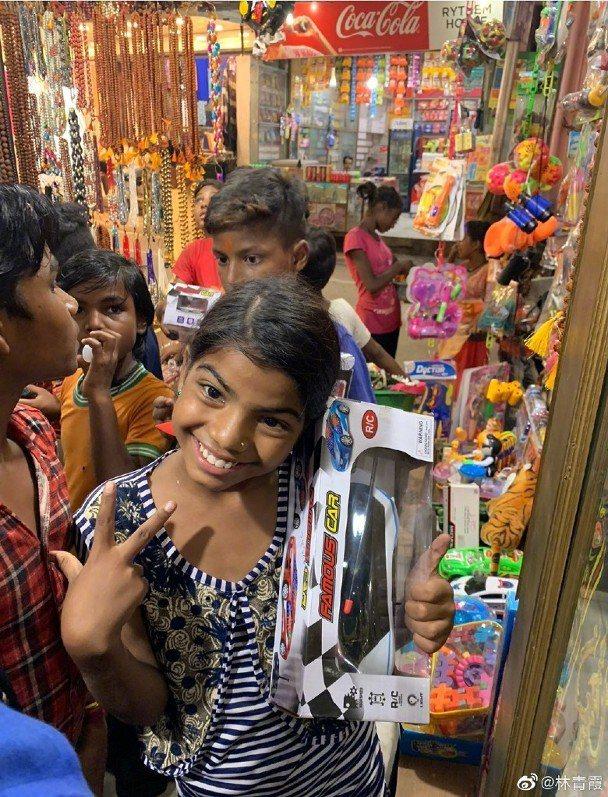 小女孩買到想要的物品,露出開心笑容。圖/摘自微博