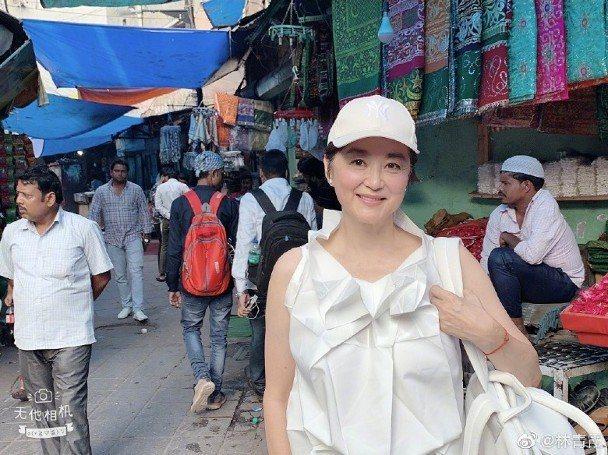 林青霞印度旅遊雖然沒有刻意打扮,仍難掩巨星光彩。圖/摘自微博
