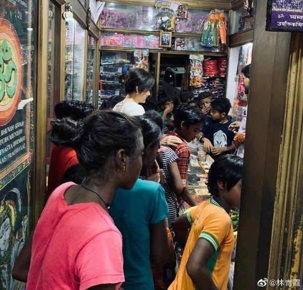 林青霞隨孩子們走進店內。圖/摘自微博