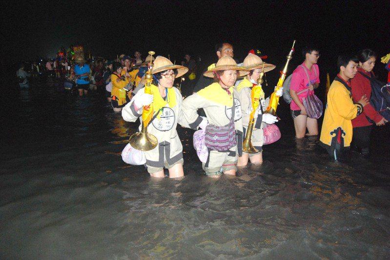 明年「三媽年(或稱三媽六)」舉辦的笨港進香,回程將「潦溪」,進香隊伍必須涉水渡過濁水溪,圖為3年前「潦溪」。圖/彰化市公所提供