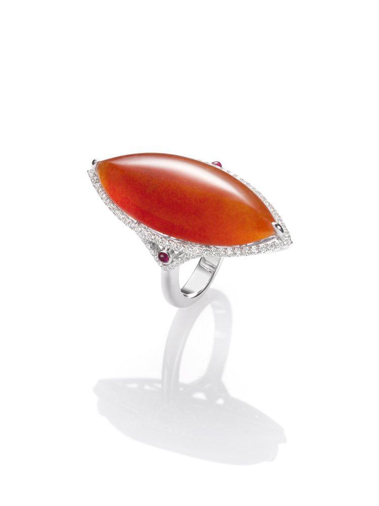 玉世家馬眼形紅翡鑽戒配紅寶石,43萬8,000元。圖/玉世家提供