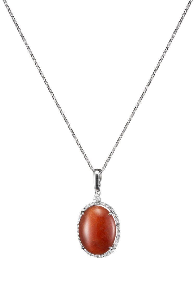 玉世家蛋面紅翡鑲鑽墜飾,不含項鍊,16萬2,000元。圖/玉世家提供