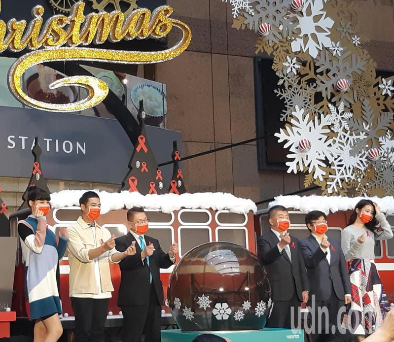 疾病管制署今舉行「紅絲帶聖誕火車藝術裝置」點燈儀式。左二為金鐘視帝莊凱勛、右三為衛生福利部部長陳時中、右二為疾病管制署署長周志浩。記者邱宜君/攝影