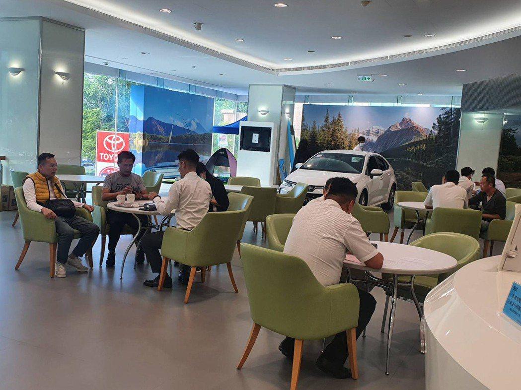 展出的營業所每天都有超過一百組客戶來看車,反應熱烈超出預期。記者黃淑惠/攝影